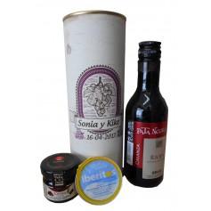 Botella de vino Tinto Crianza Pata Negra con crema de queso azul y mermelada